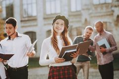 campus Bücher redhead Kaffee glücklich Gute Stimmung lizenzfreies stockfoto