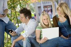 Campus d'Using Technologies On d'étudiant universitaire Photographie stock libre de droits