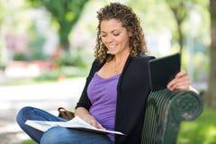 Campus de Reading Book At d'étudiant Photographie stock