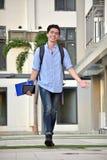 Campus de Smiling Walking On del estudiante del muchacho de la minoría de la universidad foto de archivo libre de regalías