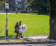 Campus der Universität von Princeton - zwei Studenten, die großes Weiß tragen Lizenzfreies Stockfoto