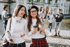 campus Libros Café muchachas feliz junto imagen de archivo libre de regalías