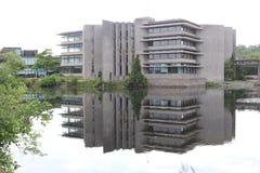 Campus universitário refletido na parte dianteira do lago imagens de stock