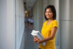 Campus universitario moderno dello studente di college adorabile Fotografie Stock Libere da Diritti