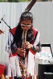 Camuendo Wuambrakuna印地安带太阳镜的音乐家在街道上执行 免版税图库摄影