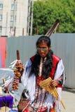 Camuendo Wuambrakuna印地安带的人在街道上执行 免版税图库摄影