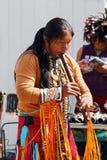 Camuendo Wuambrakuna印地安带的音乐家在街道上执行 免版税库存照片