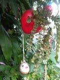 Camuflagem móvel do coração vermelho no arbusto imagens de stock royalty free