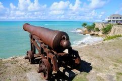 Cañón antiguo que mira el mar Imagen de archivo