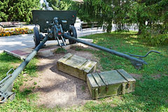 Cañón de la artillería y cajas de madera de munición Fotos de archivo libres de regalías