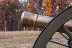 Cañón de la guerra civil en campo de batalla Fotos de archivo