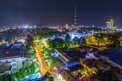 Can Tho stad i natten Arkivfoton