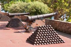 Cañón y bolas de cañón. Mónaco Fotos de archivo libres de regalías