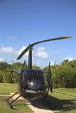 从Cana飞行的鲁宾逊R44直升机在蓬塔Cana,多米尼加共和国 免版税库存图片