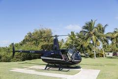 从Cana飞行的鲁宾逊R44直升机在蓬塔Cana,多米尼加共和国 库存图片