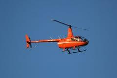 从Cana飞行飞行的鲁宾逊R44直升机与游人在蓬塔Cana 免版税库存照片