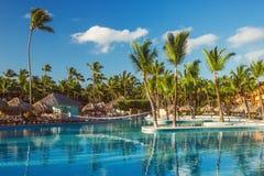在热带手段,蓬塔Cana,多米尼克的美丽的游泳池 图库摄影