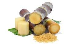 Cana-de-açúcar e açúcar no fundo branco Foto de Stock