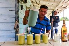 Cana-de-açúcar Juice Salesman - Cuba imagem de stock