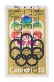 CANADÁ - CERCA DE 1973: um selo imprimiu nas mostras ø Oly Imagens de Stock