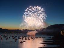 Canadá, Vancouver - celebración anual de la demostración ligera de los fuegos artificiales sobre el puerto deportivo Imagen de archivo