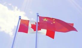 Canada et la Chine, drapeaux ondulant contre le ciel bleu photo stock