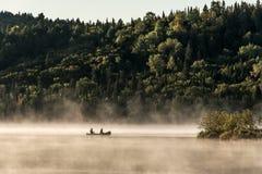 Canada Ontario See Wassersonnenaufgang-Nebels mit zwei Flüsse Kanu-Kanus der goldenen Stunde des nebeligen auf Wasser im Algonqui stockbild