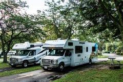 Canada Ontario 30 09 2017 - Voiture garée de campeur de rv de croisière Amérique au terrain de camping de KOA Photographie stock