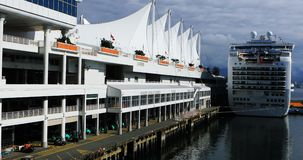 Canada Place in Vancouver, Brits Colombia met cruiseschip 4K stock footage