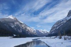 Canada Rocky Mountains met rivier en bezinningen Stock Foto