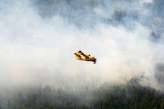 canadair πυρκαγιά εναντίον στοκ φωτογραφία με δικαίωμα ελεύθερης χρήσης