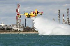 Canadair, avión del bombardero del agua en el entrenamiento en el puerto Foto de archivo libre de regalías