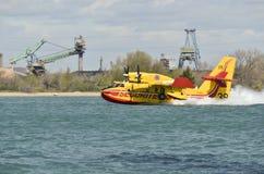 Canadair, avión del bombardero del agua en el entrenamiento en el puerto Fotos de archivo libres de regalías