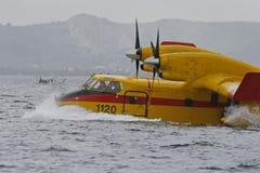 Canadair, die Wasser 019 nimmt Stockfotos