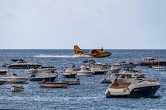 Canadair, die Wasser wieder füllt lizenzfreie stockfotografie