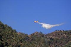 Canadair-Flugzeug zum Feuer Lizenzfreies Stockfoto