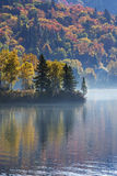 Canadees Autumn Reflection Stock Afbeeldingen