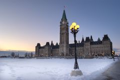 Canadees die Parlementsgebouw in de Winter van de Voorzijde wordt bekeken stock afbeelding