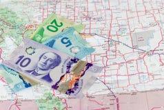 Canadees geld met wegenkaart stock afbeelding