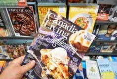 Canadees het Leven tijdschrift in een hand stock foto