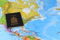 Canadees paspoort op de kaart royalty-vrije stock foto's