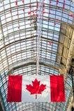 Canadees vlag en glasdak op de achtergrond Stock Fotografie