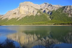 Canadense cênico Rocky Mountains do parque nacional de Banff da paisagem do terceiro lago ghost imagens de stock royalty free