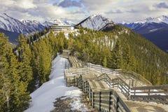 Canadense Montanhas Rochosas Alberta Springtime Snow do parque nacional de Banff do passeio à beira mar da montanha do enxofre imagens de stock royalty free