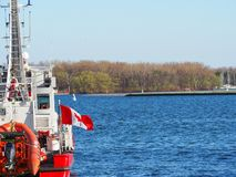 Canadese brandweerkorpsboot die op zonnige dag wordt gedokt royalty-vrije stock foto's