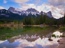 Canadese Rocky Mountains Reflecting su acqua calma Fotografie Stock Libere da Diritti