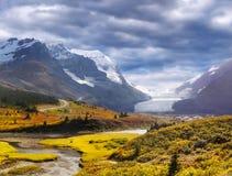 Canadese Rotsachtige Bergen, Banff-Jaspis, Icefields-Brede rijweg met mooi aangelegd landschap, Athabasca-Gletsjer royalty-vrije stock foto