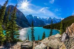 Canadese Rotsachtige Bergen, Provincie van Alberta De koude noordelijke zon wordt weerspiegeld in het ijzige water van de meermor royalty-vrije stock foto's