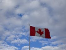 Canadese vlag die in een bewolkte hemel vliegen royalty-vrije stock foto's