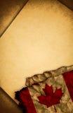 Canadese vlag en oud document Stock Fotografie